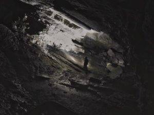 Fotografia a lunga esposizione dei un antro all'interno dell'orrido di Cunardo.