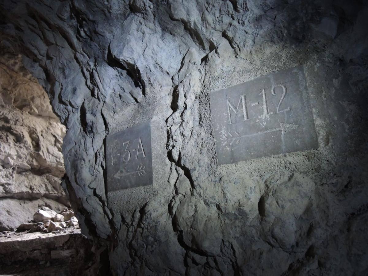 indicazioni all'interno dei tunnel della linea Cadorna
