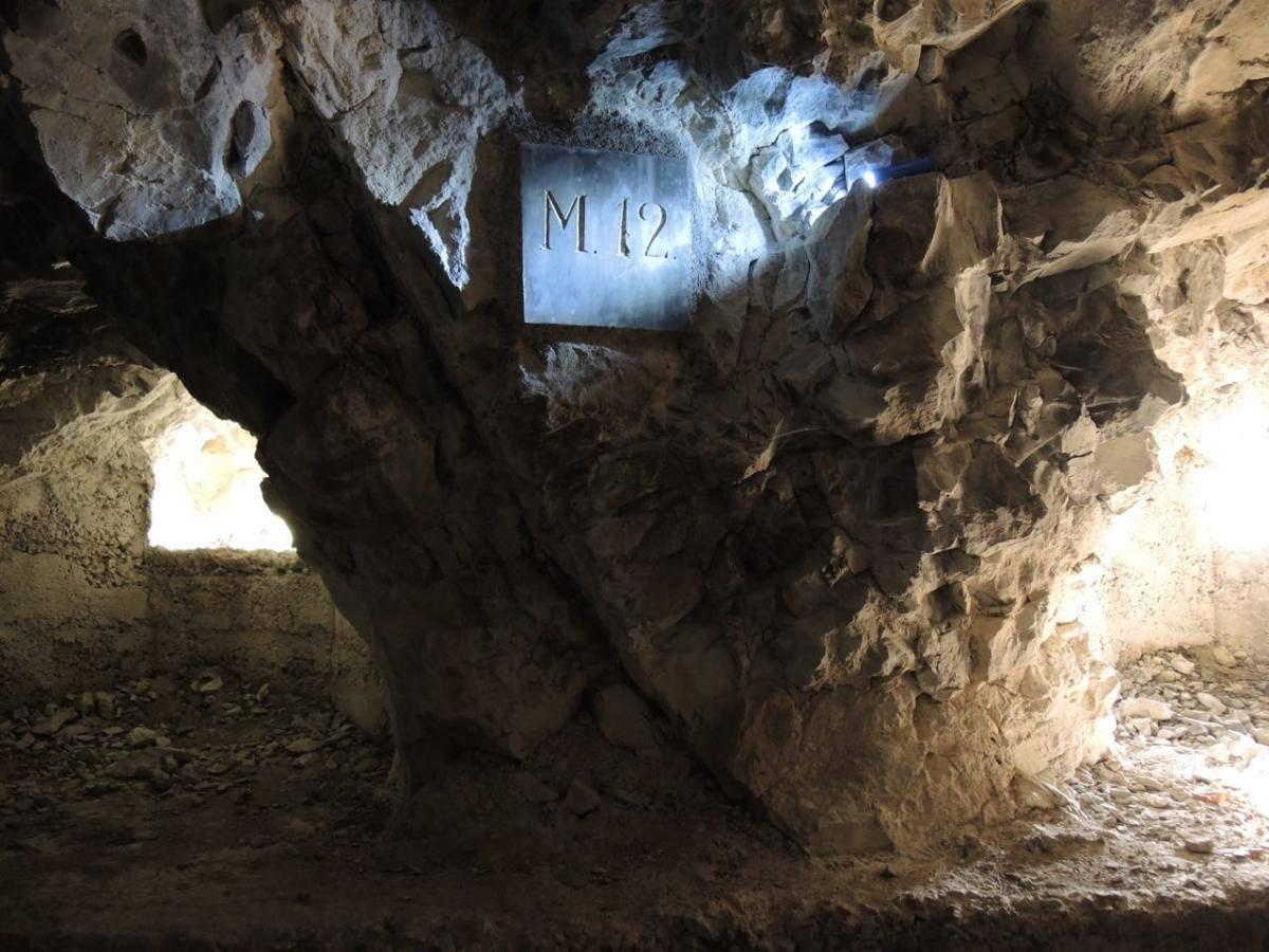 una postazione di mitragliatrice in caverna della linea Cadorna