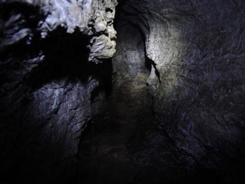 un apertura della roccia all'interno del percorso di visita dell'Orrido di Cunardo